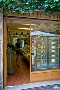 ladelisioza03 200x300 Some of Rome's Best Pasticcerie